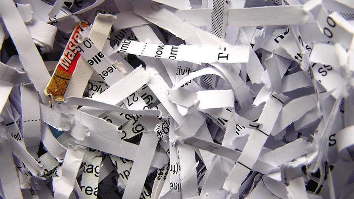 Hoe verwijderd u vastgelopen papier uit uw papiervernietiger?
